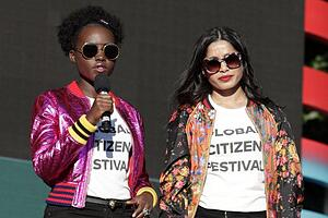 Die kenyanische Schauspielerin Lupita Nyong'o (l) und ihre indische Berufskollegin Freida Pinto am Global Citizen Festival im Central Park in New York. Die Benefizveranstaltung wird vom Global Poverty Project veranstaltet.